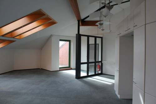 Schwentinental: Galerieartiges Büro mit kleinem Balkon